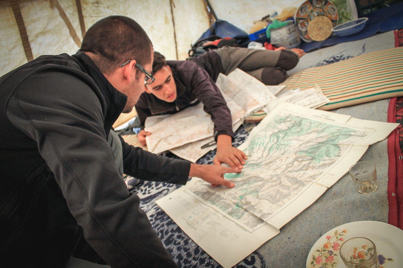 Préparation de l'itinéraire pour un trek au Maroc