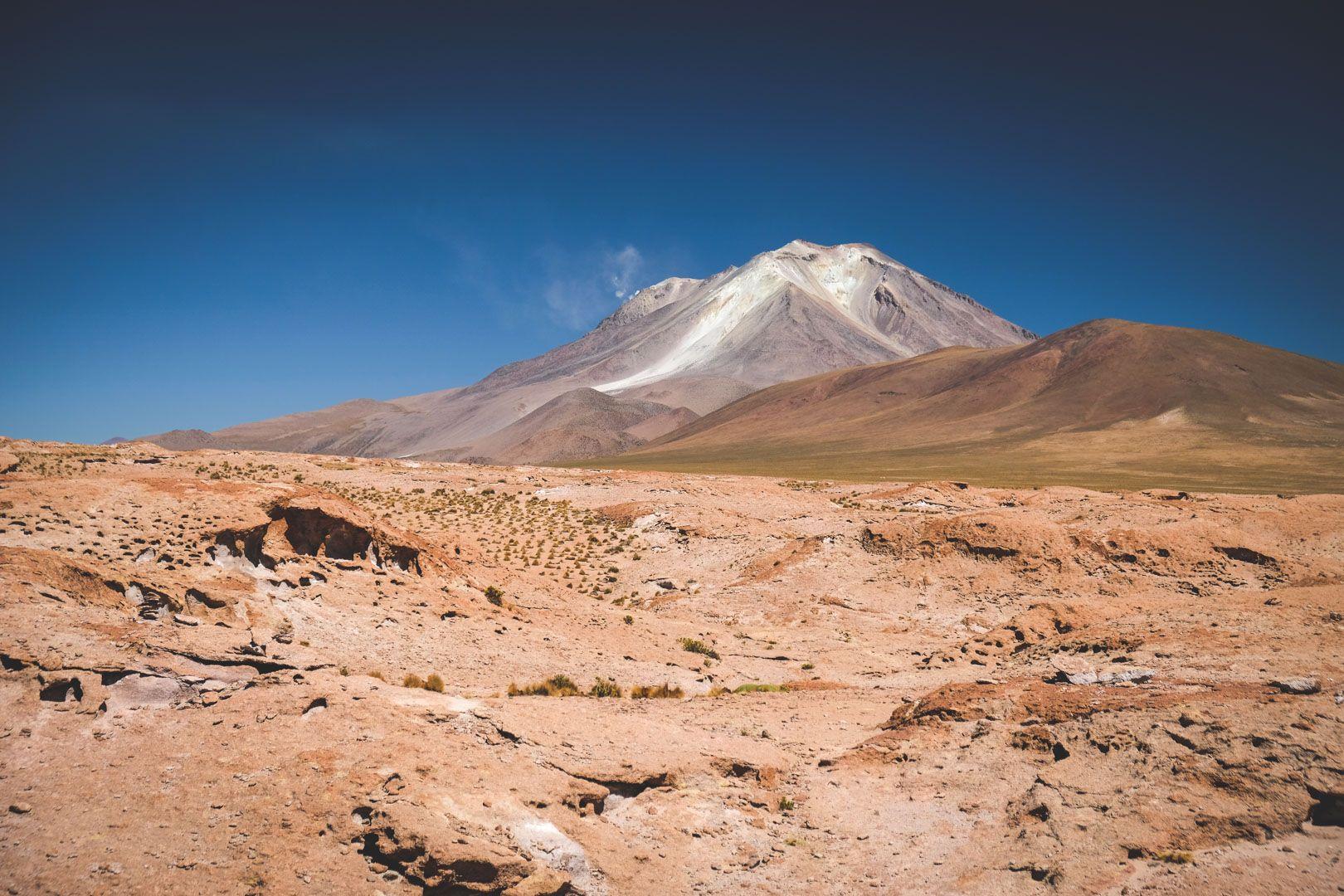 volcan Ollagüe dans le désert de sel d'Uyuni