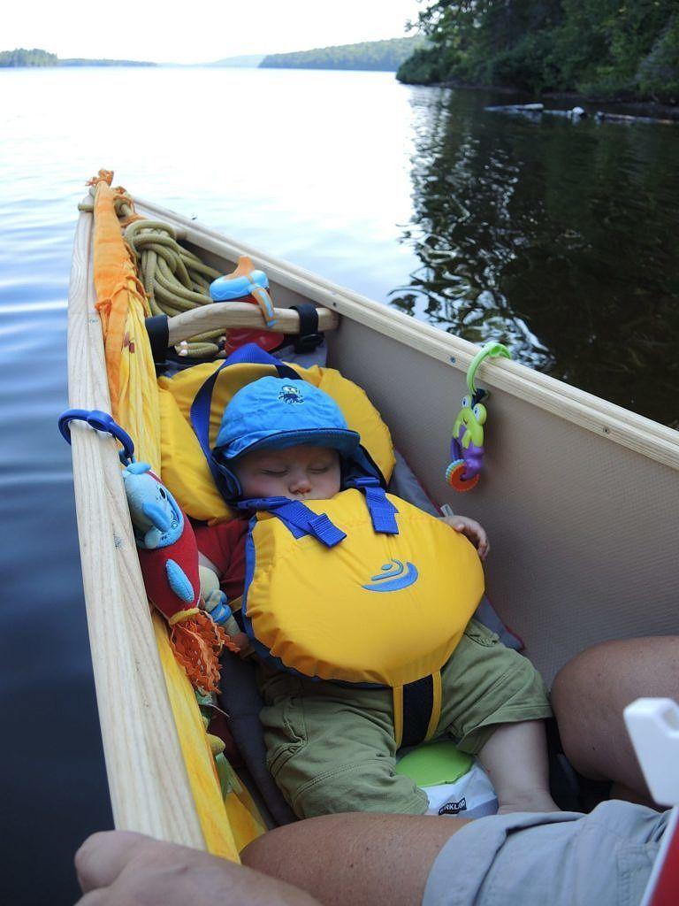 bébé en canot